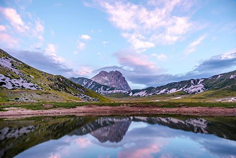 Alba a campo imperatore, poco prima che il laghetto fosse invaso da mucche e cavalli https://500px.com/photo/119481019/sunrise-at-campo-imperatore-by-matteo-canzari