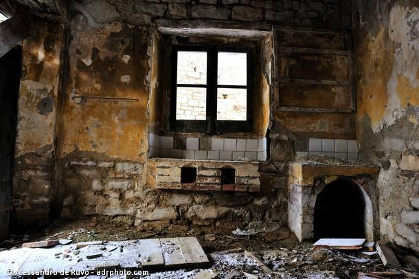 Paese abbandonato di valle piola interno di una casa for Interno di una casa